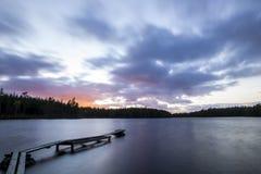 Kleiner Steg im Sonnenuntergang Stockfotografie