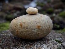 Kleiner Stein auf großem Stein Stockfotos