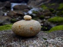 Kleiner Stein auf großem Stein Lizenzfreies Stockfoto