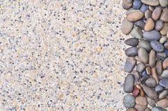 Kleiner Stein auf Kieshintergrund Stockbilder