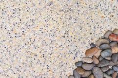 Kleiner Stein auf Kieshintergrund Stockfotos