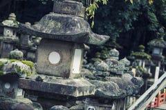 Kleiner Steinschrein in der Gartenweinlese Stockfotografie