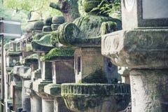 Kleiner Steinschrein in der Gartenweinlese Lizenzfreie Stockfotografie