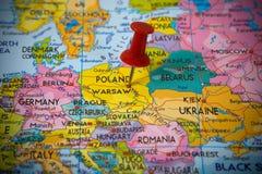 Kleiner Stift, der auf Warschau zeigt lizenzfreie stockbilder