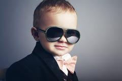 Kleiner stilvoller Herr mit Sonnenbrille Stockfoto