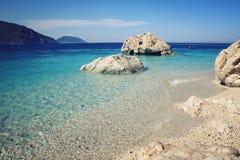 Kleiner Strand auf der Insel nahe Adrasan Blaues Meer und Himmel Stockbilder
