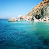 Kleiner Strand auf der Insel nahe felsigem Ufer Adrasan Stockfotos