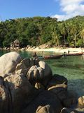 Kleiner Strand mit longtail Booten lizenzfreies stockfoto