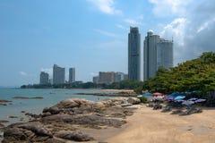 Kleiner Strand unter Wolkenkratzern Lizenzfreie Stockfotos