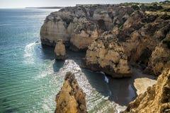 Kleiner Strand zwischen den Felsen lizenzfreies stockbild