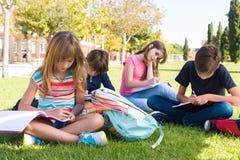 Kleiner Studenten in der Schule Campus Stockbild