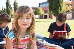 Kleiner Studenten in der Schule Campus Stockfotografie