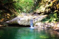 Kleiner szenischer Wasserfall in den Bergen Stockbilder