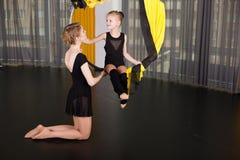 Kleiner Tänzer in einem akrobatischen Ring stockfotos