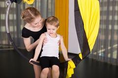 Kleiner Tänzer in einem akrobatischen Ring lizenzfreies stockfoto