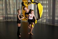Kleiner Tänzer in einem akrobatischen Ring stockbilder