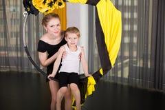 Kleiner Tänzer in einem akrobatischen Ring stockfoto