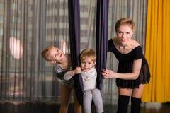Kleiner Tänzer in einer Luftyogahängematte lizenzfreies stockfoto