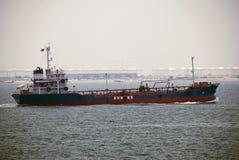 Kleiner Tanker im Singapur-Anchorage. Lizenzfreie Stockbilder