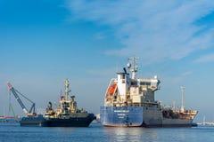 Kleiner Tanker segelt Knirps die Liegeplatzboje Lizenzfreies Stockfoto