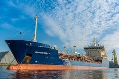 Kleiner Tanker wird an der Liegeplatzboje festgemacht Lizenzfreie Stockfotografie