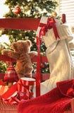 Kleiner Teddybär, der durch Stuhl schaut Stockbild