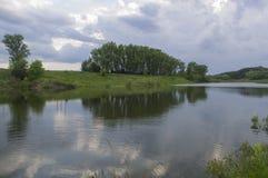 Kleiner Teich an einem Sommerabend Stockbilder