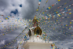 Kleiner Tempel mit betenden Flaggen des Tibetaners nahe Shangri-La Stockbilder