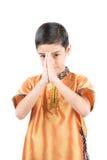 Kleiner thailändischer Junge im klassischen Staatsangehörigen mit der Hand betend auf weißem Hintergrund lizenzfreies stockbild