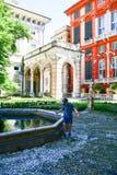 kleiner Tourist nahe Palazzo Rosso, Genua, Italien Lizenzfreies Stockfoto