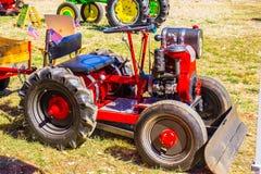 Kleiner Traktor auf Anzeige an der Messe Lizenzfreies Stockfoto