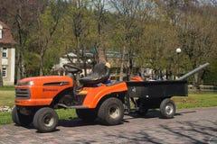 Kleiner Traktor mit Anhänger im Kurpark Duszniki Zdroj in Polen lizenzfreies stockbild