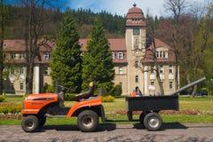 Kleiner Traktor mit Anh?nger im Kurpark Duszniki Zdroj in Polen lizenzfreie stockbilder
