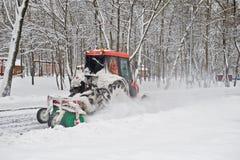 Kleiner Traktorschneeausbau in den Park Stockfotos