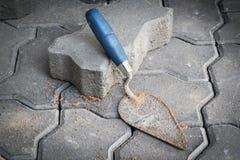 Kleiner Trowel und Ziegelsteine für Aufbau Stockbild