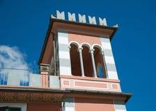 Kleiner Turm auf dem Dach Stockbilder