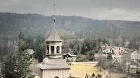 Kleiner Turm der Kirche mit Glocke und Kreuz stock video footage