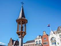 Kleiner Turm mit einer Statue der Heiliger Maria Jesus auf dem Marktplatz in Den Bosch halten stockbilder