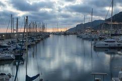 Kleiner und gemütlicher Hafen an der Dämmerung lizenzfreies stockbild