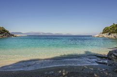 Kleiner und ruhiger Strand nahe dem Dorf von fiskardo stockbilder