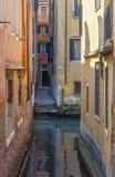 Kleiner venetianischer Kanal Stockfotos