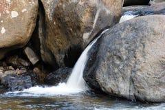 Kleiner Wasserfall. Lizenzfreies Stockfoto