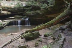 Kleiner Wasserfall an alter Mann ` s Höhle lizenzfreies stockfoto