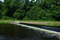 Kleiner Wasserfall auf dem Fluss lizenzfreies stockfoto