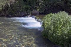 Kleiner Wasserfall auf dem Hermon-Strom in den Goland-Höhen lizenzfreies stockbild