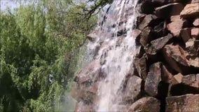 Kleiner Wasserfall auf den Felsen stock footage