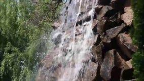 Kleiner Wasserfall auf den Felsen stock video