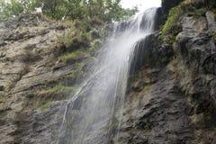 Kleiner Wasserfall auf den Felsen Lizenzfreies Stockbild