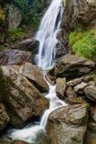 Kleiner Wasserfall auf einem Gebirgsfluss stockfoto
