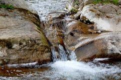 Kleiner Wasserfall auf einem Gebirgsfluss Lizenzfreies Stockbild
